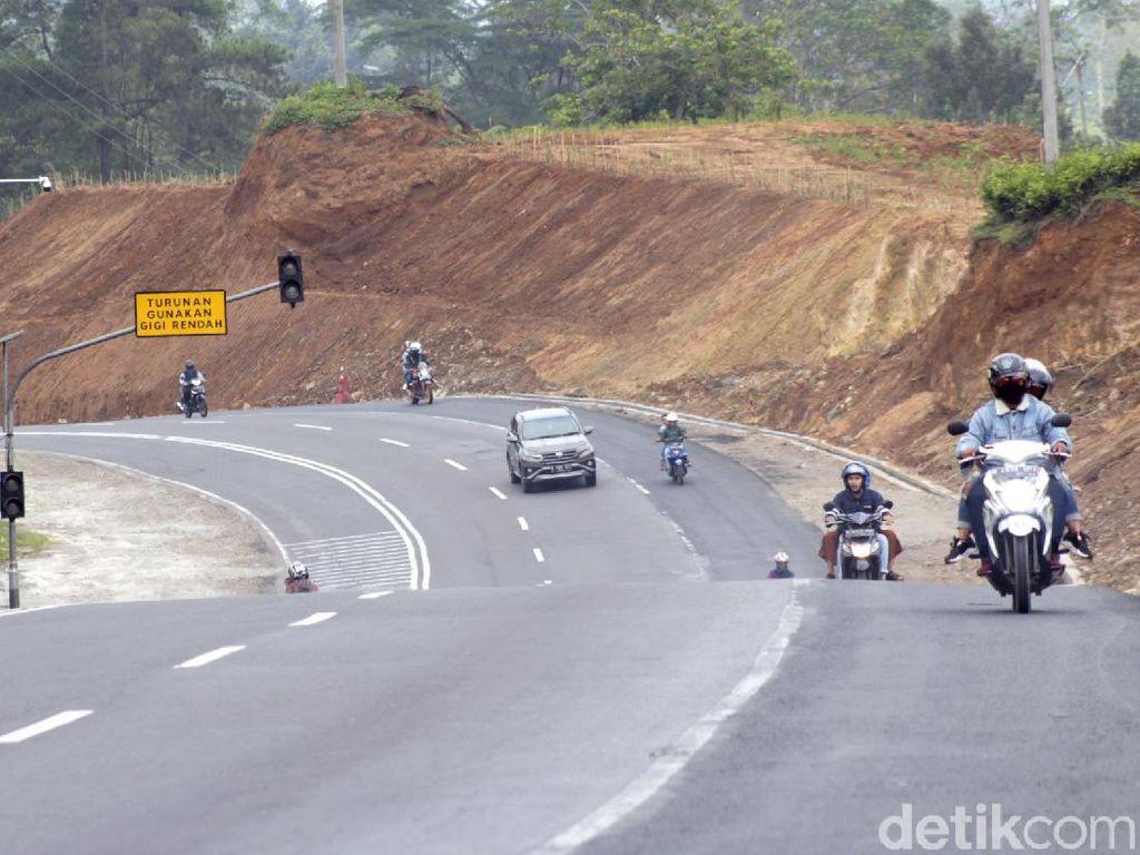 Melihat Pembangunan Jalur Penyelamat di Tanjakan Emen Subang