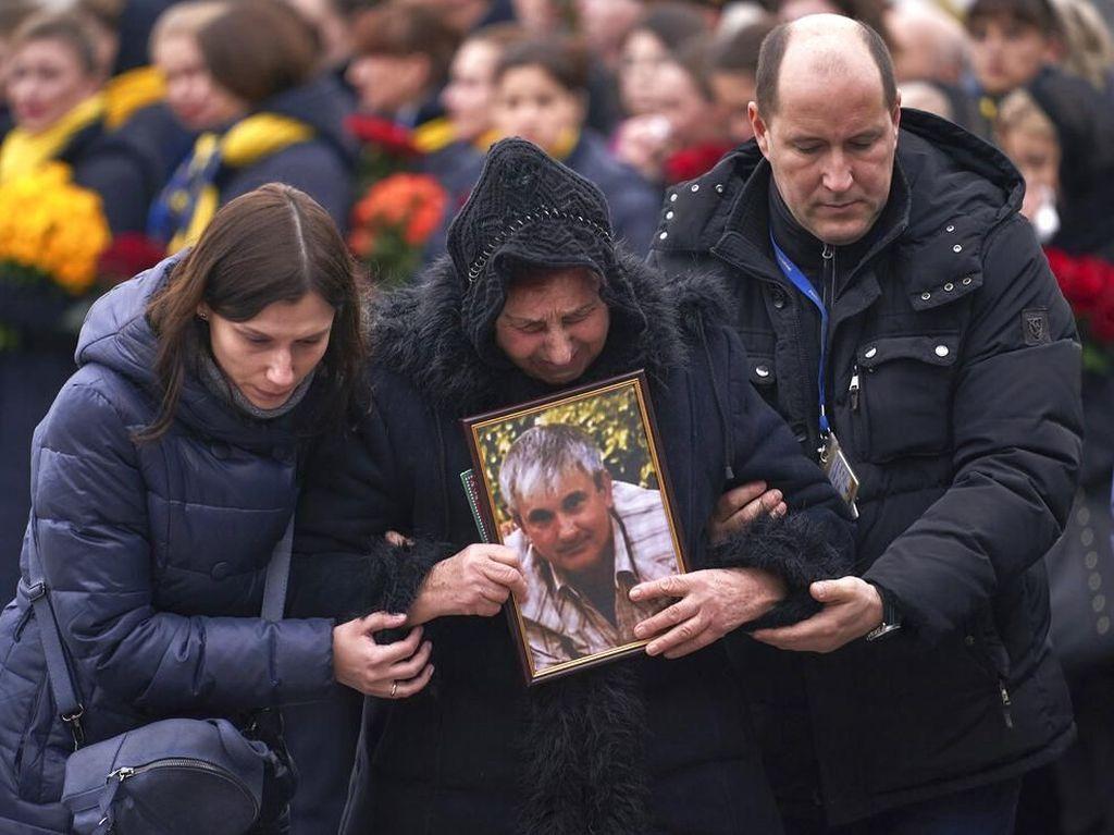 Isak Tangis Sambut Kedatangan Korban Pesawat Jatuh Iran di Ukraina