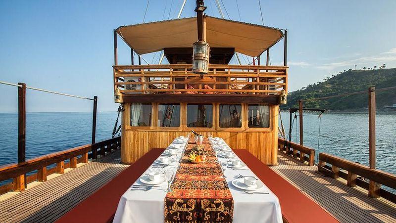 Fasilitas ruang makan outdoor di Kapal Phinisi Felicia.Bagi traveler yang belum tahu, berwisata naik kapal phinisi menjadi salah satu cara terbaik untuk menikmati indahnya pesona Labuan Bajo dari dekat(dok Plataran Private Cruises)
