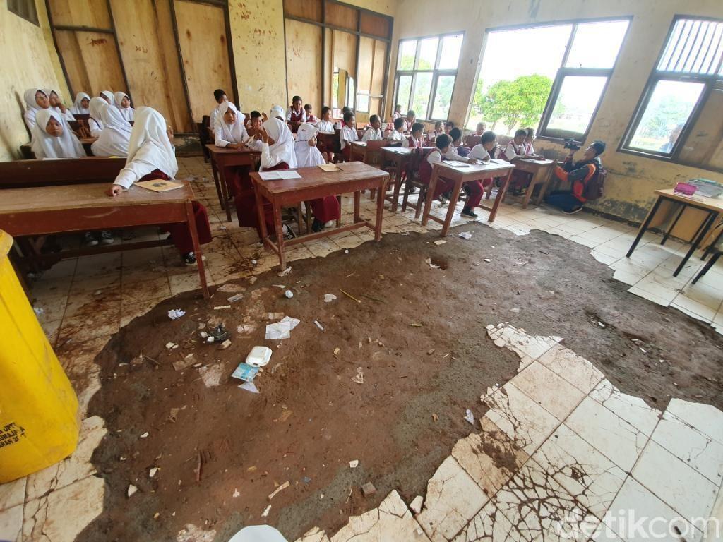 SD di Bekasi Ini Rusak Parah: Atap Bolong hingga Lantai Mengelupas