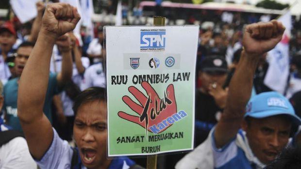 Para buruh menolak RUU Omnibus Law Ciptaker yang dinilai merugikan kaum pekerja.