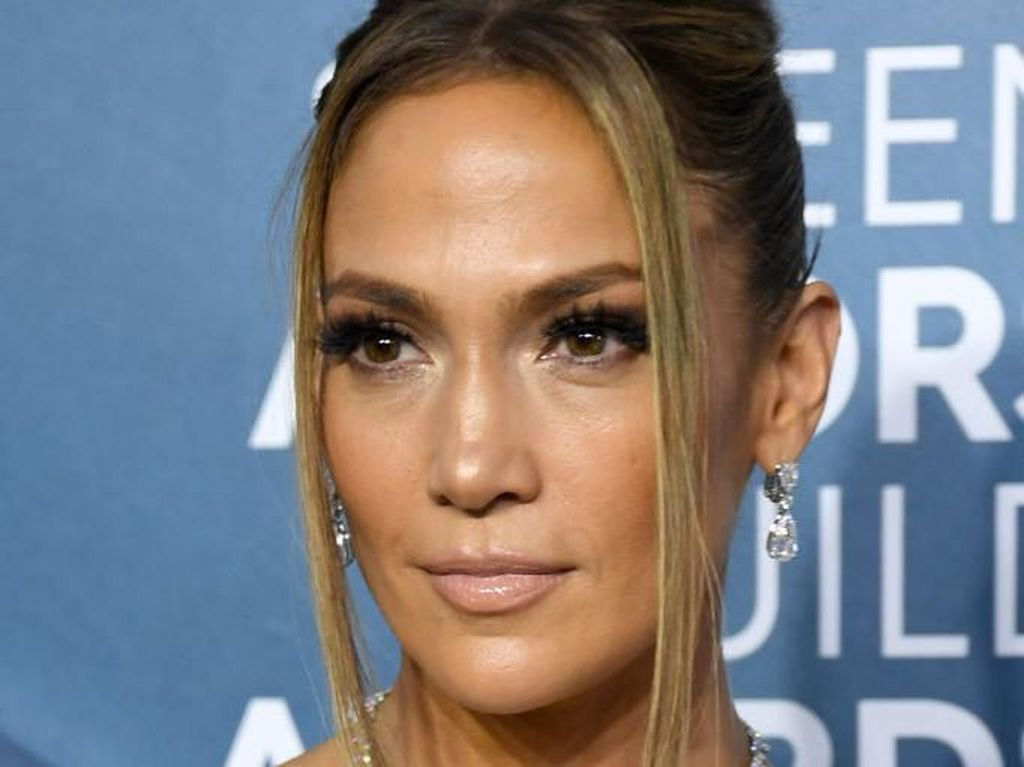 Gaya Mewah Jennifer Lopez Pakai Perhiasan Rp 123 M di SAG Awards
