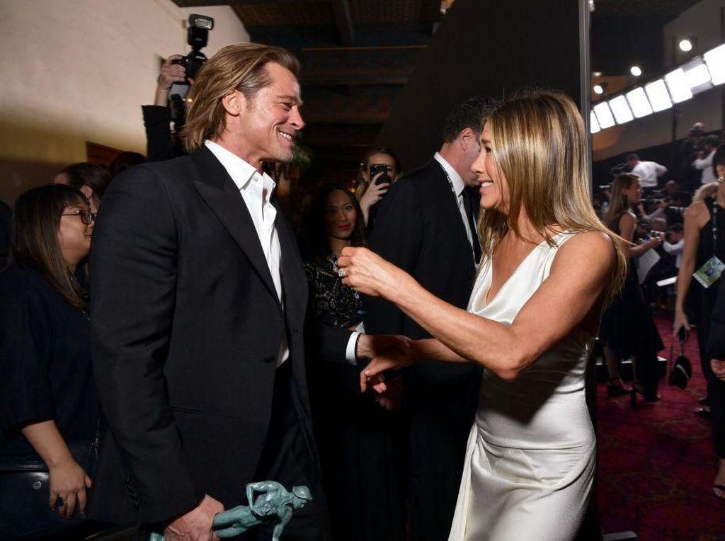 Foto: Detik-detik Brad Pitt & Jennifer Aniston Berpelukan di SAG Awards