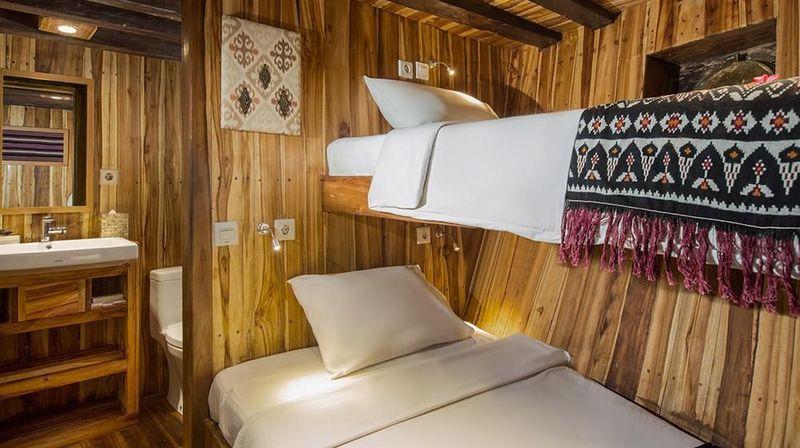 Kabin bunk bed yang dilengkapi dengan pendingin ruangan. Total ada dua kabin serupa di kapal tersebut (dok Plataran Private Cruises)