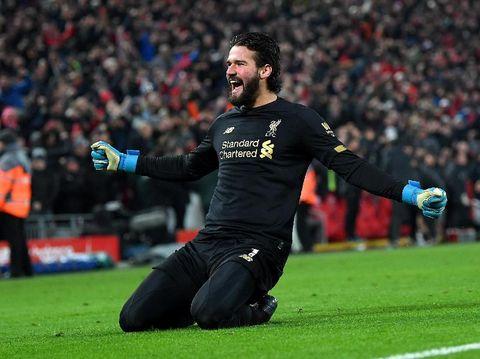 Alisson Becker menciptakan assist saat Liverpool menang 2-0 atas Manchester United