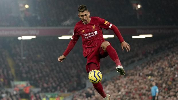 Liverpool's Roberto Firmino controls the ball during the English Premier League soccer match between Liverpool and Manchester United at Anfield Stadium in Liverpool, Sunday, Jan. 19, 2020.(AP Photo/Jon Super)