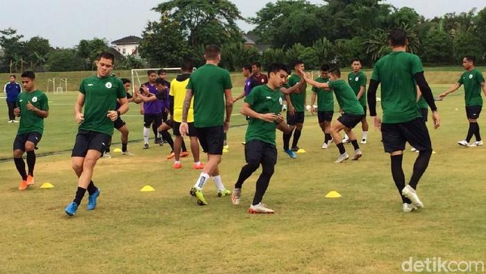 Aksi protes suporter mewarnai latihan perdana PSS Sleman sore tadi. Mereka menuntut manajemen Elang Jawa untuk merekrut Seto Nurdiantoro.