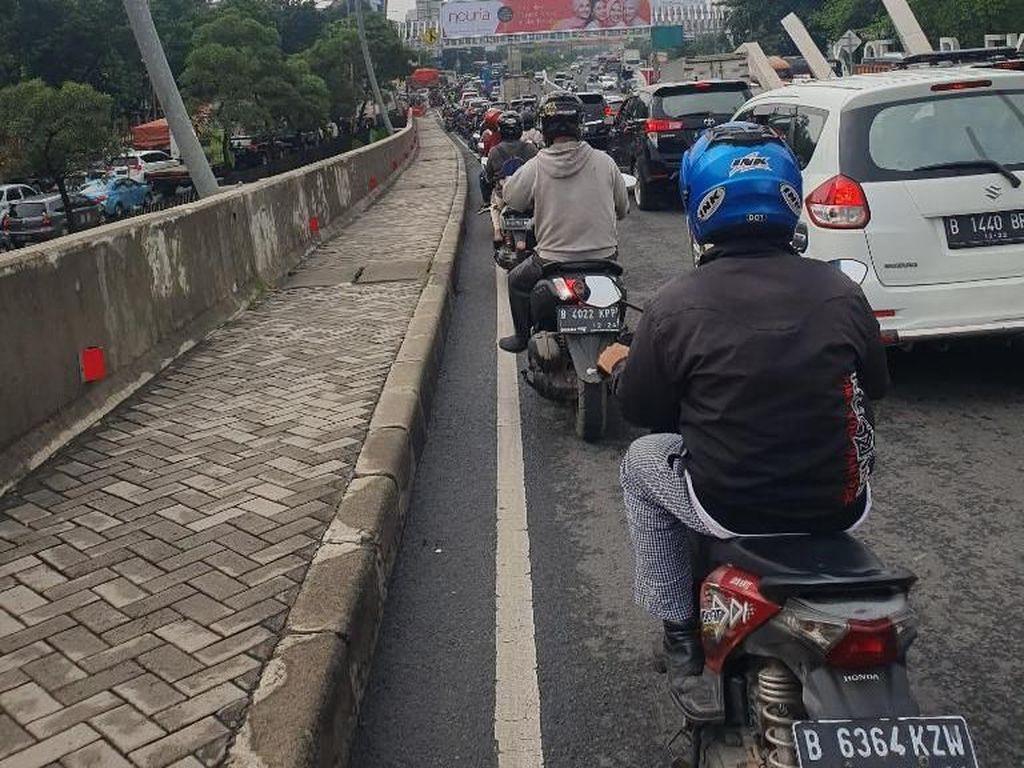 Kolong Tol JORR-Tol Bekasi Barat Terendam Air, Lalu Lintas Macet 1 Km