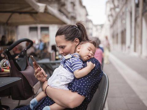 Bahaya Bunda Main Handphone Saat Menyusui, Radiasinya Rusak DNA Bayi