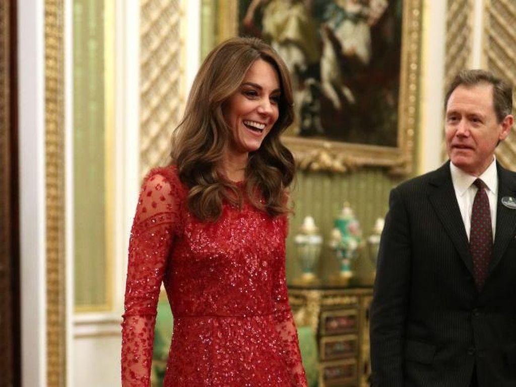 Pasca-Megxit, Kate Middleton Anggun Pakai Gaun Merah Rp 7 Jutaan