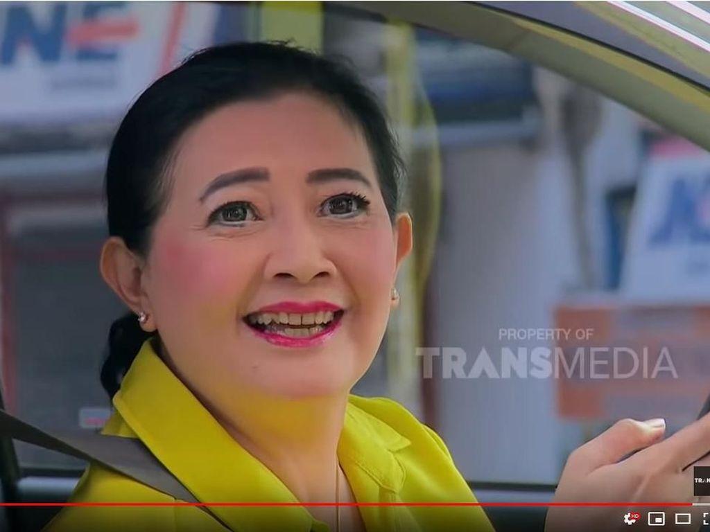 Nganggur Syuting, Dharty Manullang Jadi Sopir Taksi Online Lagi