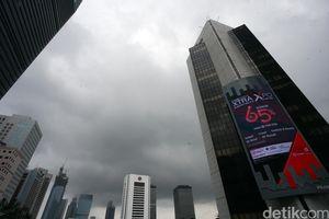 Diprediksi BMKG Diguyur Hujan, Mendung Selimuti Langit Jakarta