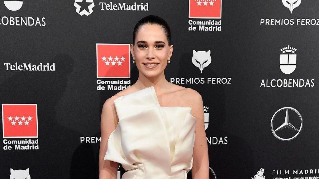 Menahan Malu, Baju Artis Spanyol Ini Melorot Saat Bersorak di Karpet Merah