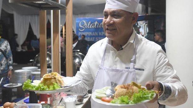 Ketua KPK Firli Bahuri memasak nasi goreng di acara Silaturahmi Pimpinan KPK dan Dewan Pengawas KPK di gedung KPK, Jakarta, Senin (20/1/2020). ANTARA FOTO/M Risyal Hidayat/wsj.