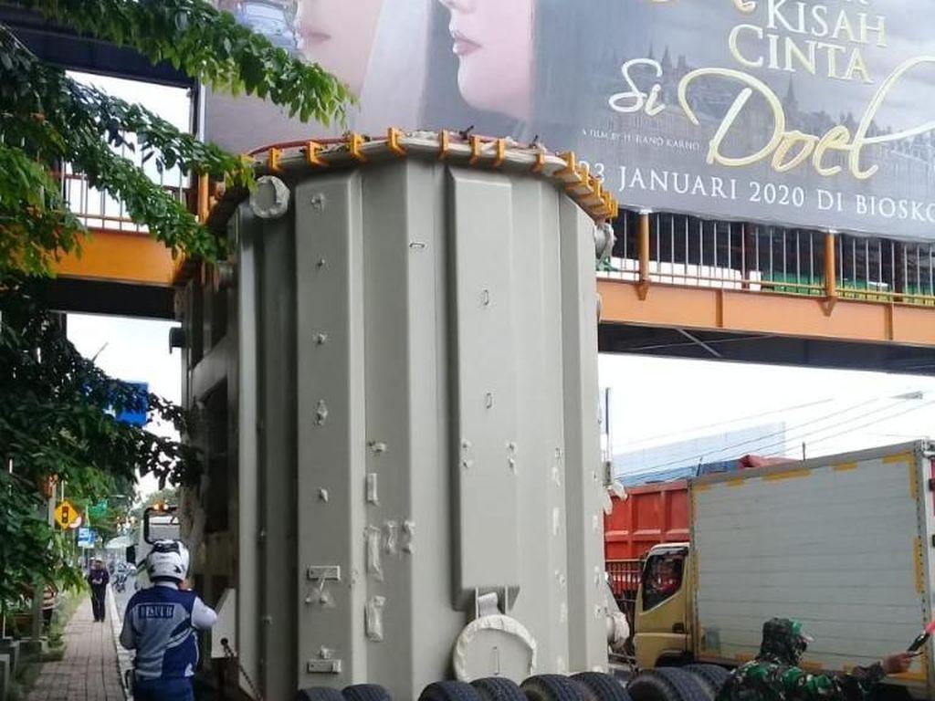 Truk Muatan Trafo Nyangkut di JPO Bekasi, Lalin Sempat Macet