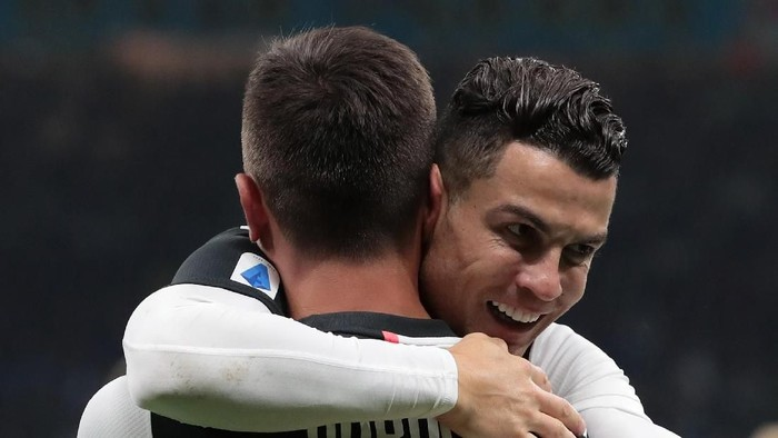 MILAN, ITALY - OCTOBER 06:  Paulo Dybala of Juventus celebrates with his team-mate Cristiano Ronaldo after scoring the opening goal during the Serie A match between FC Internazionale and Juventus at Stadio Giuseppe Meazza on October 6, 2019 in Milan, Italy.  (Photo by Emilio Andreoli/Getty Images)