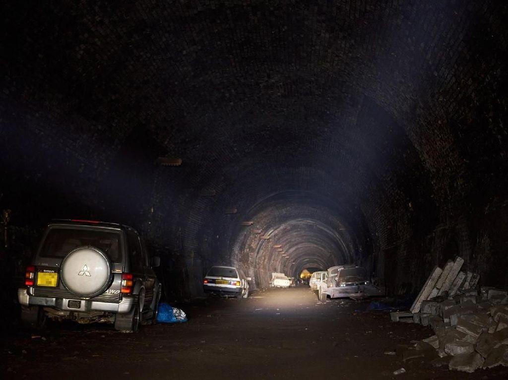Puluhan Mobil Terbengkalai di Bekas Terowongan Kereta Api