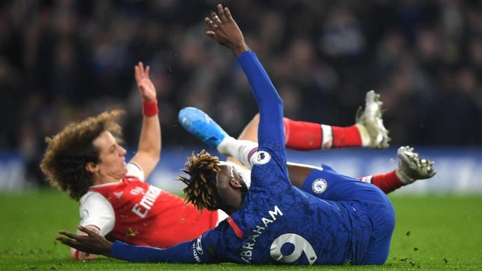 LONDON, ENGLAND - JANUARY 21:  David Luiz of Arsenal tackles Tammy Abraham of Chelsea which is later awarded as a penalty and a red card during the Premier League match between Chelsea FC and Arsenal FC at Stamford Bridge on January 21, 2020 in London, United Kingdom. (Photo by Mike Hewitt/Getty Images)