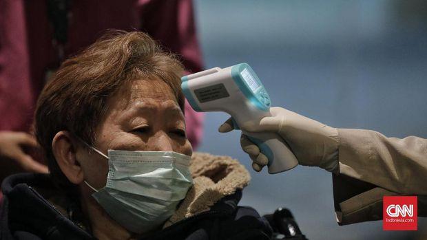 Pemeriksaan suhu tubuh terhadap penumpang di Bandara Soetta.
