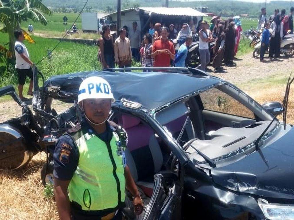 Mobil Vs KA di Perlintasan Tanpa Palang Pintu di Batang, 2 Tewas