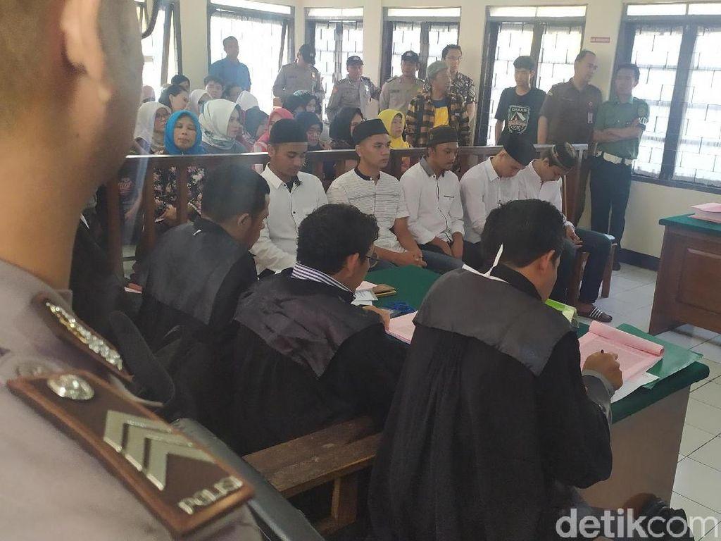Video 5 Mahasiswa Diadili di Kasus Polisi Terbakar Saat Amankan Demo