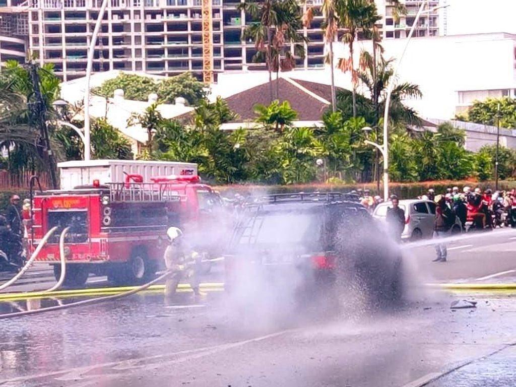 Mobil Range Rover Terbakar di Exit Tol Cempaka Putih
