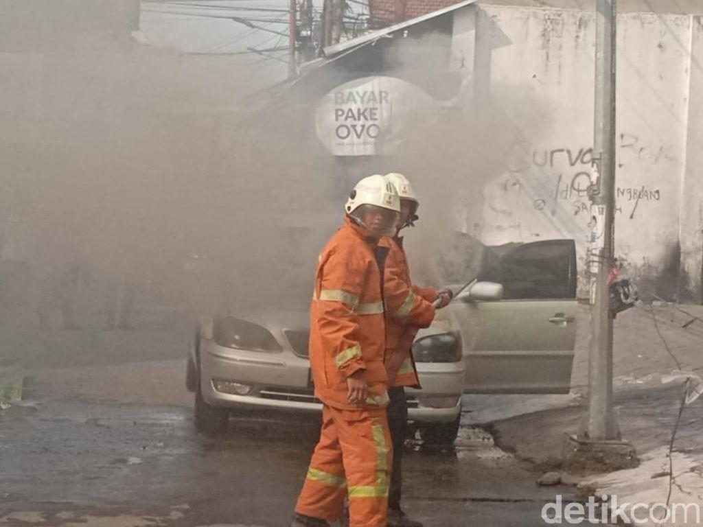 Sebuah Sedan Terbakar di Surabaya, Pengemudi Selamat