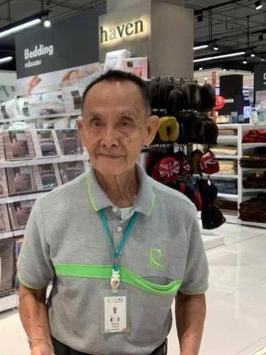 Pracha, pria berusia 81 tahun yang dulunya CEO kini bekerja sebagai sales di mall