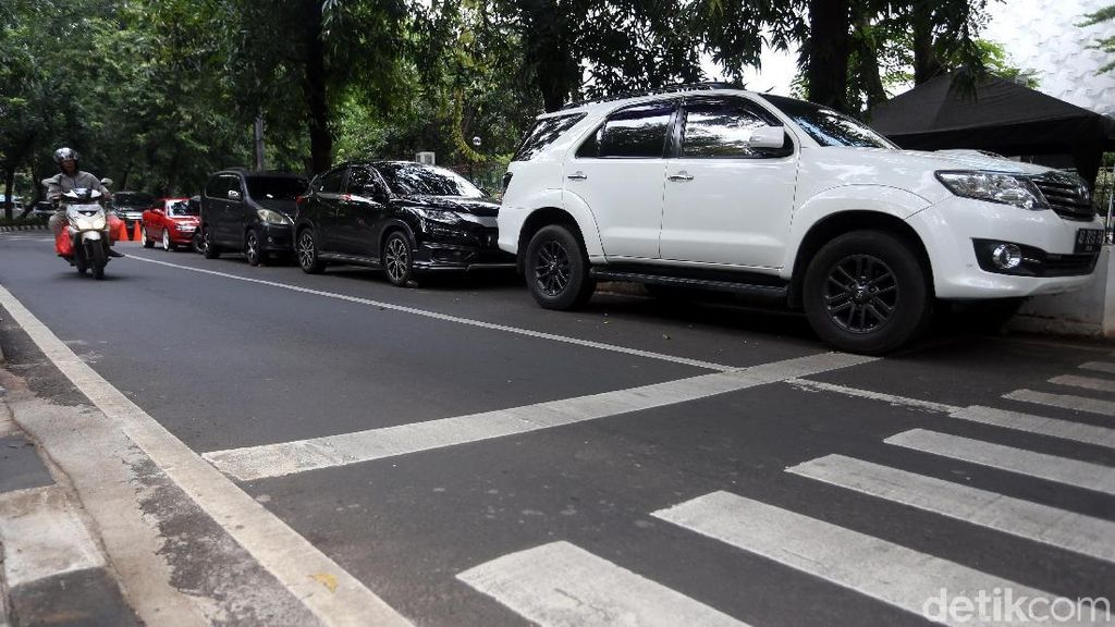 Bandel! Parkir Liar Duduki Bahu Jalan Raden Fatah