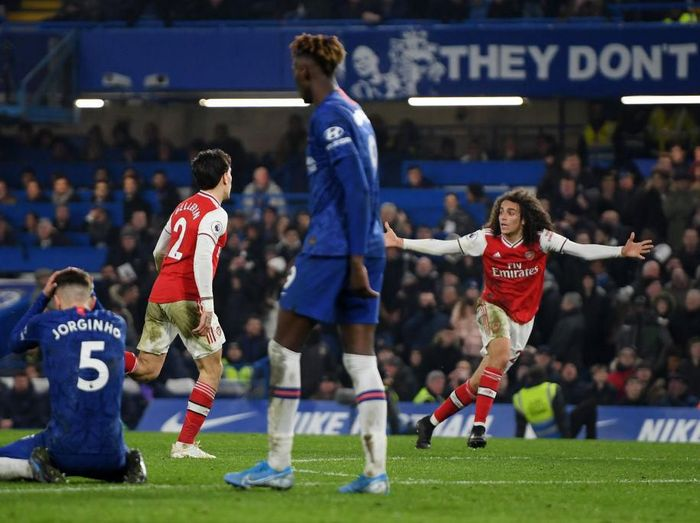 LONDON, ENGLAND - JANUARY 21: Hector Bellerin of Arsenal celebrates with Matteo Guendouzi after scoring his teams second goal during the Premier League match between Chelsea FC and Arsenal FC at Stamford Bridge on January 21, 2020 in London, United Kingdom. (Photo by Mike Hewitt/Getty Images)