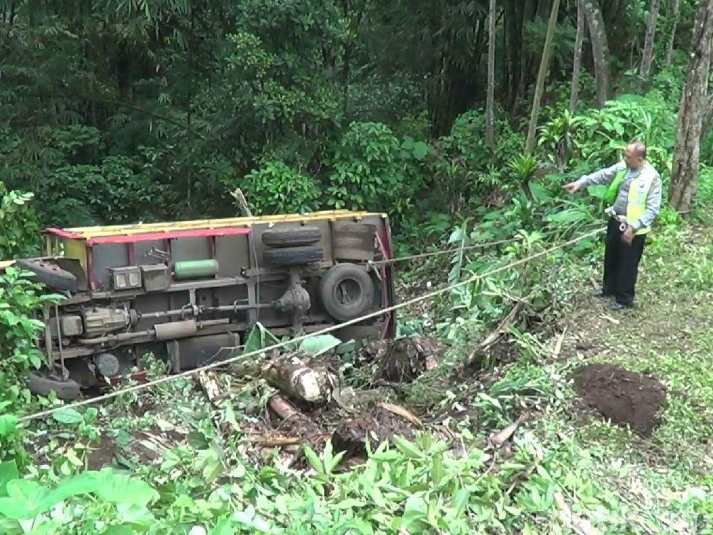 Jalan di Pasuruan Ambles, Truk Muat Kayu Sengon Jatuh ke Jurang