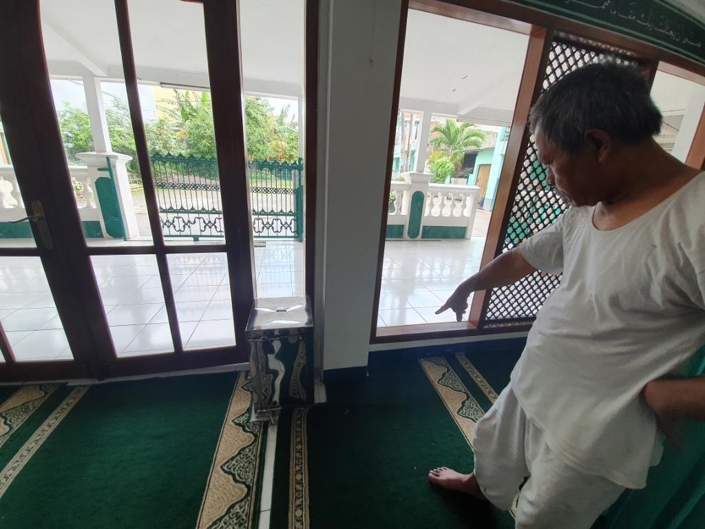 Maling Kotak Amal di Masjid Bekasi Terekam CCTV, Modusnya Pura-pura Salat