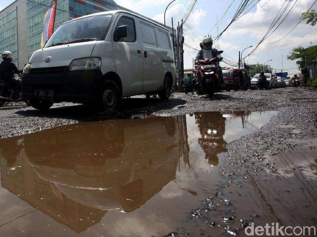 Hati-hati! Jalan Raya Kaliabang Bekasi Rusak Parah