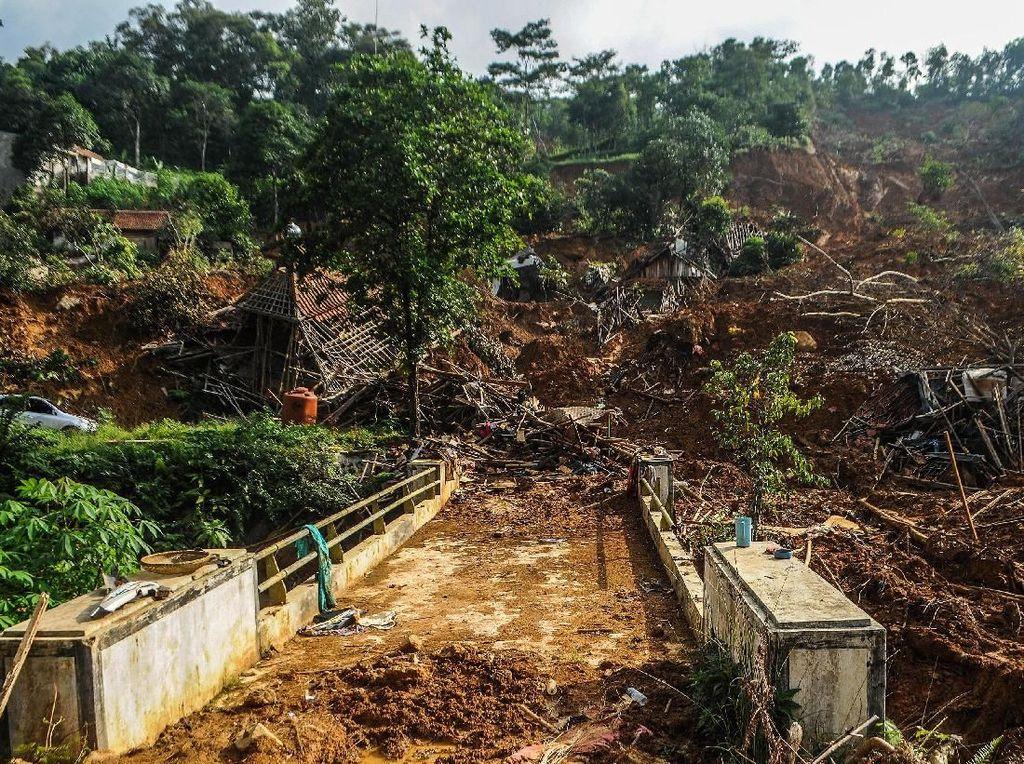 Desa Ini Terisolir Akibat Tertimbun Longsor di Lebak Banten