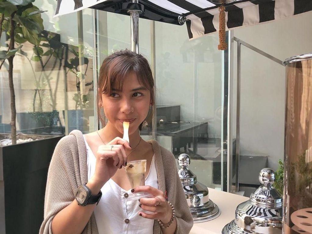 Potret Adinda Thomas, Aktris KKN di Desa Penari Saat Makan Es Krim dan Sushi