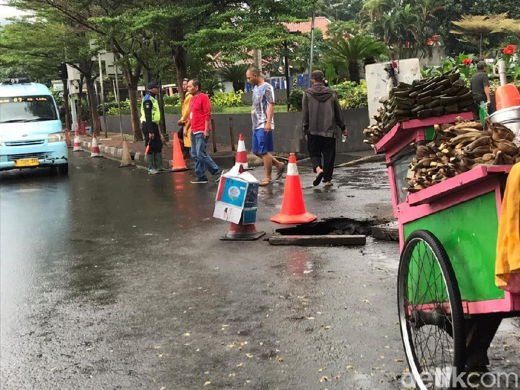 Saksi Sebut Truk Amblas di Depan RS Pelni Hendak Putar Balik