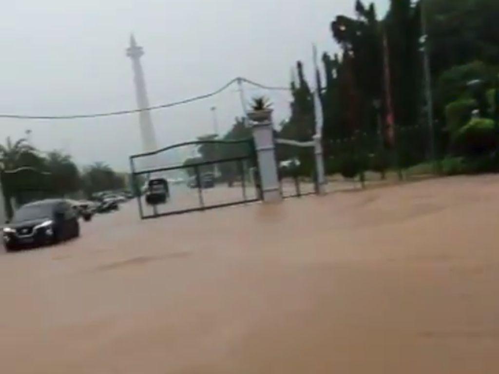 Pintu Masuk Monas Seberang Istana Kebanjiran