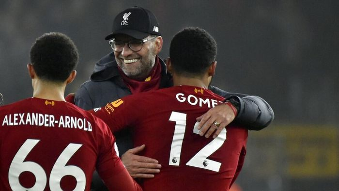 Liverpools manager Jurgen Klopp, center, celebrates with Liverpools Trent Alexander-Arnold, left, and Liverpools Joe Gomez at the end of the English Premier League soccer match between Wolverhampton Wanderers and Liverpool at the Molineux Stadium in Wolverhampton, England, Thursday, Jan. 23, 2020. (AP Photo/Rui Vieira)