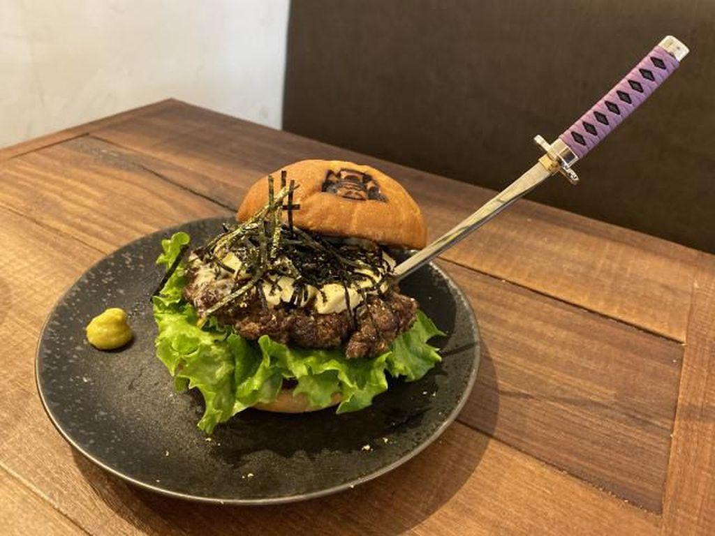 Burger Unik di Resto Ini Dimakan dengan Pedang Katana Jepang