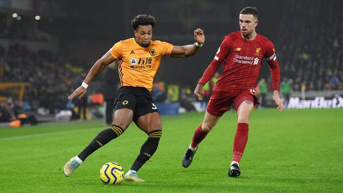 WOLVERHAMPTON, ENGLAND - JANUARY 23:  Adama Traore of Wolverhampton Wanderers crosses the ball under pressure from Jordan Henderson of Liverpool during the Premier League match between Wolverhampton Wanderers and Liverpool FC at Molineux on January 23, 2020 in Wolverhampton, United Kingdom. (Photo by Michael Regan/Getty Images)