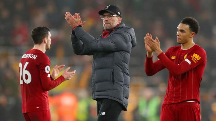 WOLVERHAMPTON, ENGLAND - JANUARY 23:  Jurgen Klopp, manager of Liverpool, Andrew Robertson and Trent Alexander-Arnold applaud the fans after the Premier League match between Wolverhampton Wanderers and Liverpool FC at Molineux on January 23, 2020 in Wolverhampton, United Kingdom. (Photo by Catherine Ivill/Getty Images)