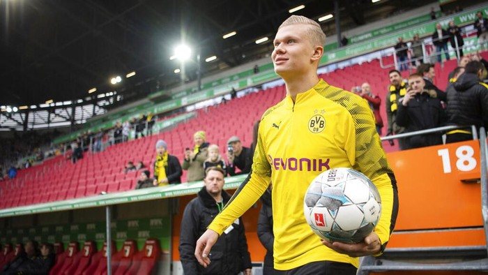 Dortmunds Erling Haaland comes with ball in hand to warm up for a German Bundesliga soccer match between FC Augsburg and Borussia Dortmund in Augsburg, Germany, Saturday, Jan.18, 2020. ( Tom Weller/dpa via AP)
