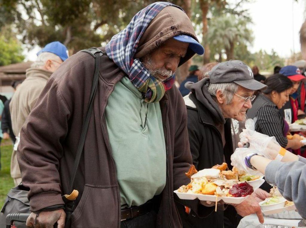 Kisah Kakek Gelandangan yang Makan  Sendirian di Jendela Ini Bikin Sedih
