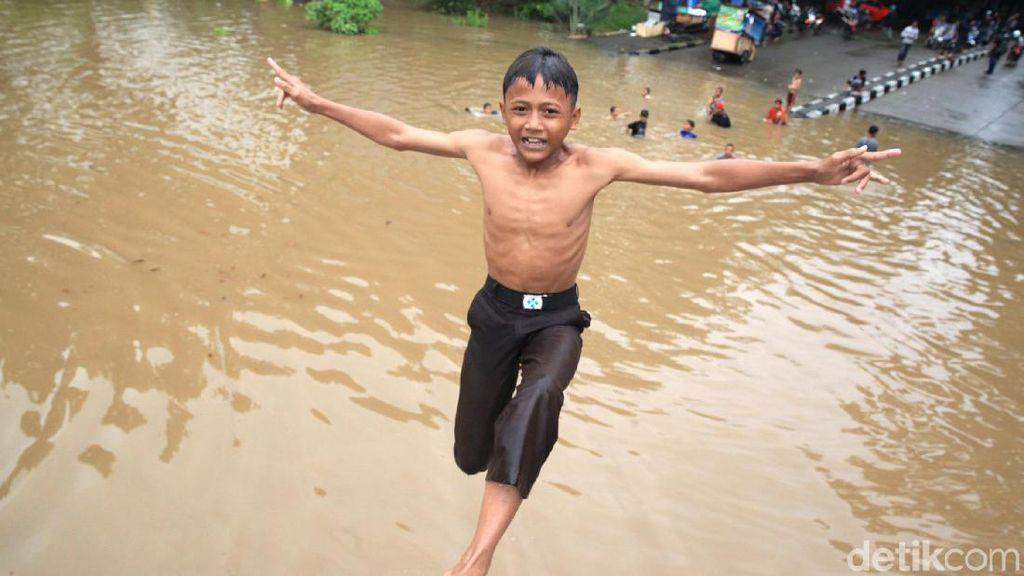 Keriuhan Anak-anak Bermain di Kemayoran Water Park