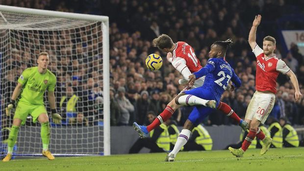 Chelsea's Michy Batshuayi, center right, fights for the ball with Arsenal's Rob Holding during the English Premier League soccer match between Chelsea and Arsenal at Stamford Bridge stadium in London England, Tuesday, Jan. 21, 2020. (AP Photo/Leila Coker)