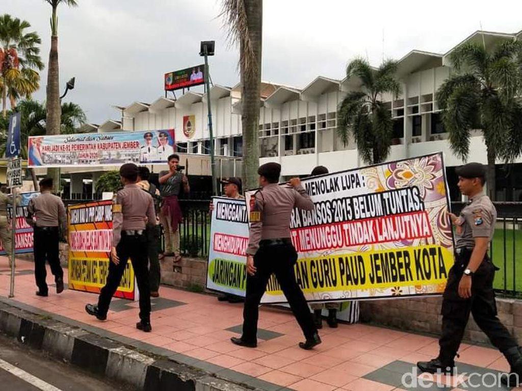 Puluhan Karangan Bunga Pro-Kontra Hak Angket Bupati Jember Dibersihkan