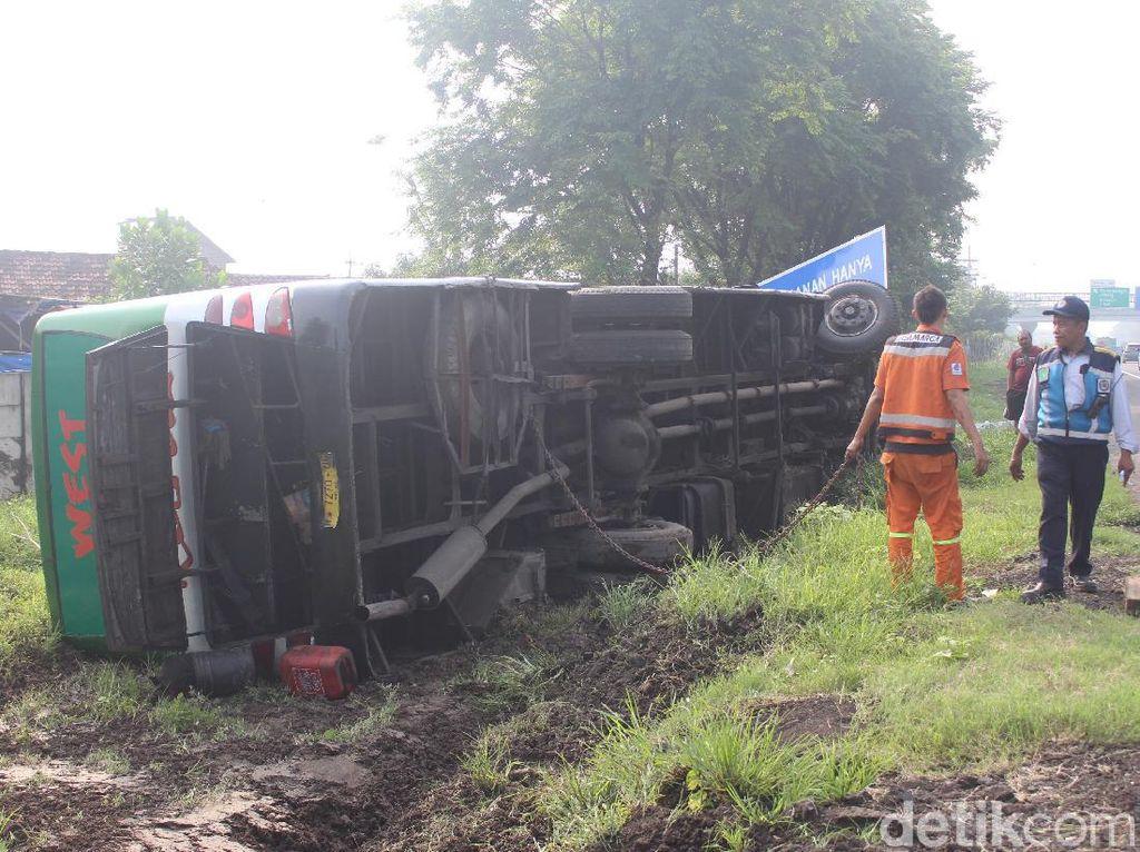 Maksa Menyalip, Bus Restu Surabaya-Jember Terguling di Tol Sidoarjo