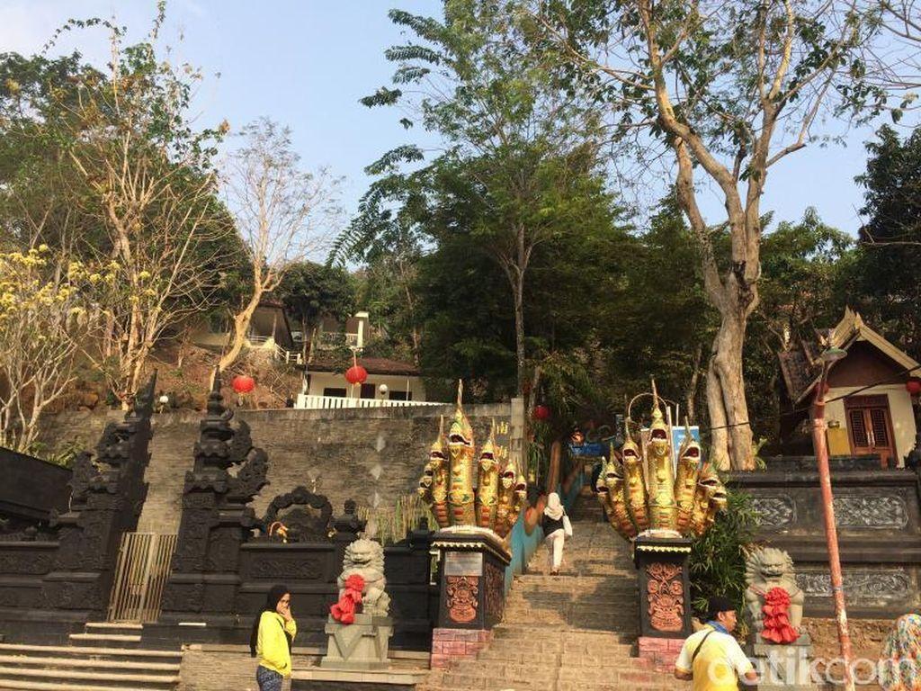 Wisata Religi Sambil Pandangi Laut Cantik di Vihara Dewi Kwan Im