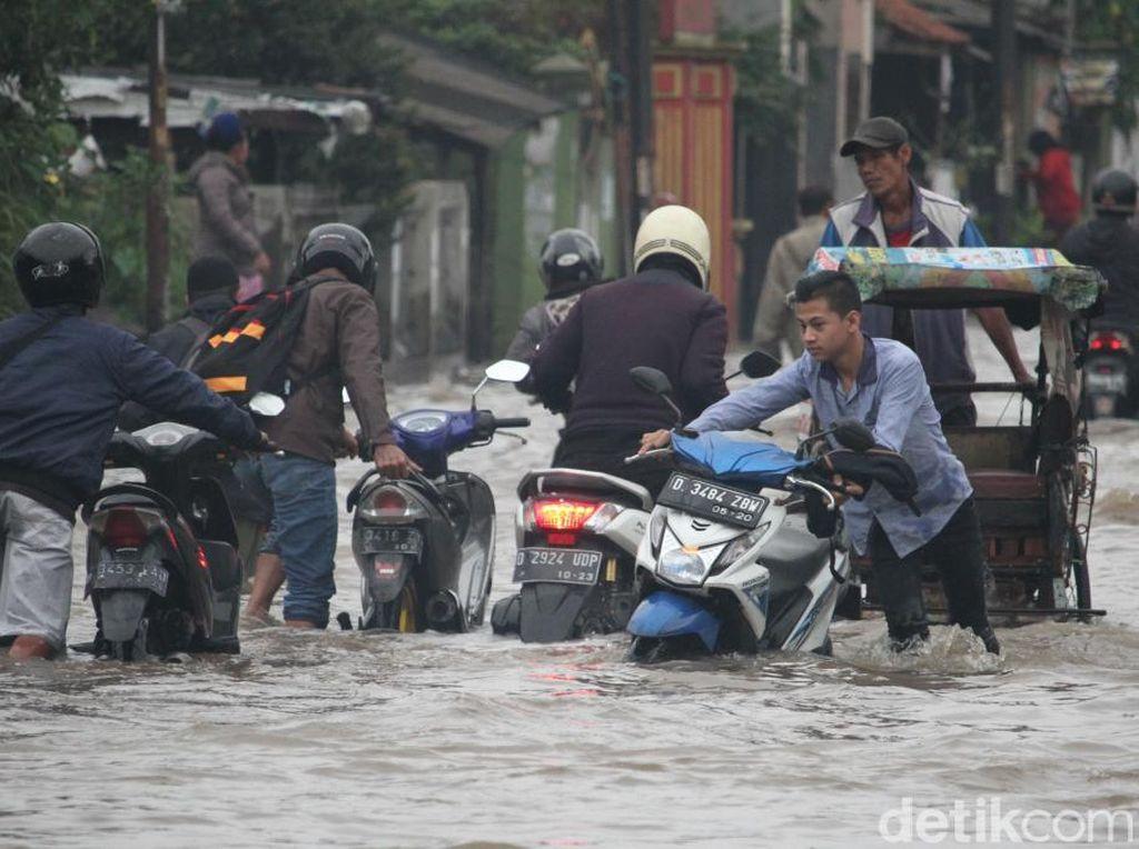 Terobos Banjir Dayeuhkolot Bandung, Mobil-Motor Warga Mogok