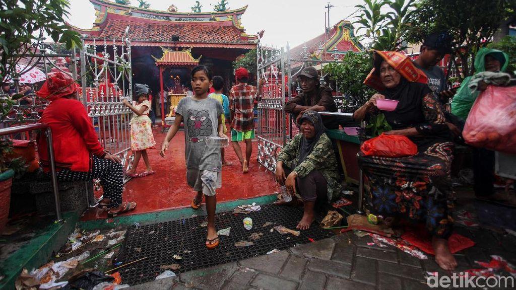 Potret Warga Hujan-hujanan Demi Angpao di Wihara Boen Tek Bio